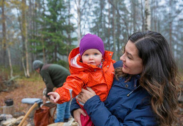 Familjen Landolsi spenderar mycket tid i skogen, och barnen är nästan alltid med. Här är parets yngsta dotter Lidia och mamma Therese.
