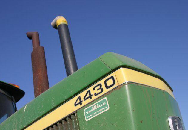 John Deere 4430 kommer 1973 och det är på 30-serien som rundhytten lanseras först.