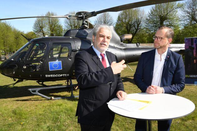 Sverige bidrar med sex helikoptrar som ska kunna släcka skogsbränder i andra EU-länder. Under fredagen höll EU-kommissionären Christos Stylianides och inrikesminister Mikael Damberg en presskonferens där de berättade om Sveriges bidrag till rescEU.