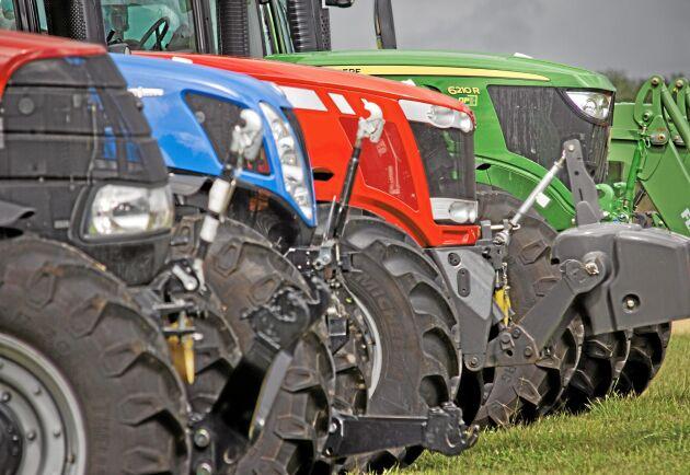 Arkivbild. Från Vänster: Massey Ferguson 76 24 , New Holland T7.270 traktor. John Deere 6210 R.