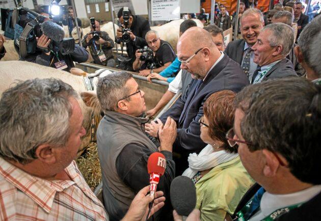 Jordbruksminister Stéphane Travert (i blå kavaj och glasögon ) stannar till hos charolaistjuren Impeérial och ägaren Max Soulard.