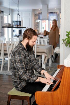 """Pianot i stora salen spelar Hampus gärna på, ibland tillsammans med Madelene som är """"hobbysångerska""""."""