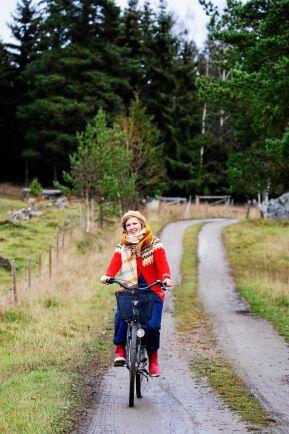 Året om cyklar Sofia och hennes sambo den gamla grusvägen ned till busshållsplatsen på stora vägen.