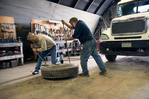 Med två anställda driver de fem bröderna sin gård med hjälp av hårt eget arbete och stora familjer som inte heller är rädda för att ta i. När chauffören Everett Dennison ska laga en punktering får Mark Linnebur rycka in.