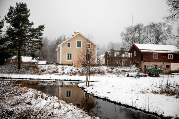 Gården ligger intill dammen och ån som förr försåg hyttan med vattenkraft. I dag används den till att bada i på sommaren.