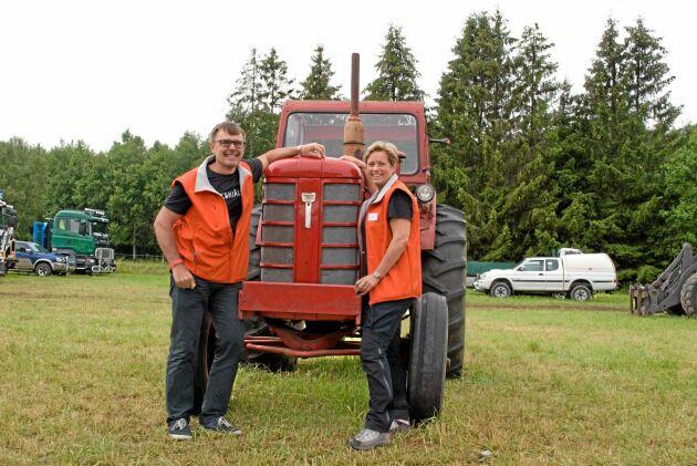Erikshjälpens Lars-Åke Winberg och Louise Nordlund Johansson kramar om en BM 470 Bison innan den ska säljas till välgörenhet.