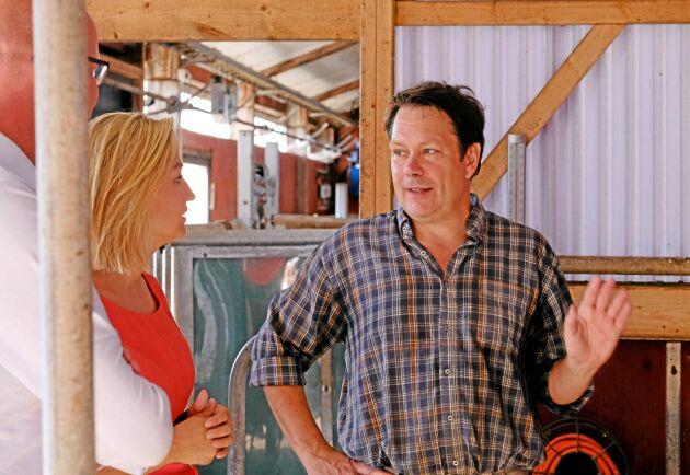 Ebba Busch Thor (KD) på gårdsbesök på Björksätra gård, där lantbrukaren Lars Gillberg berättar om torkan. Till vänster skymtar Magnus Oscarsson (KD).