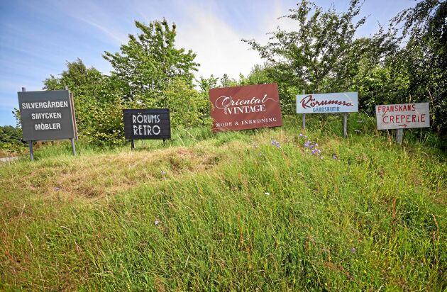 Privata reklamskyltar på en kulle vid Mandelmanns by i Skåne, uppsatta ganska långt från vägen.