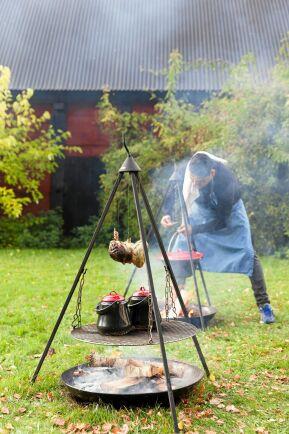 Matserveringarna utgör en stor del av Skördefesten på Öland. Som här när kocken Claudio Paez lagar mat över öppen eld i Björnhovda.