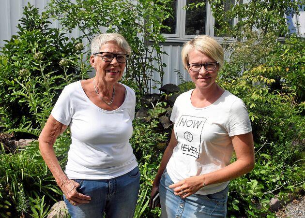 """Monica Max Knutsson, 74, från Herrljunga, besökte Andreas Benkels trädgård tillsammans med 43-åriga Jenny Hedlund från Vårgårda. """"Jenny har en jättefin trädgård, hon skulle kunna vara med och visa upp den en sådan här dag"""", säger Monica."""