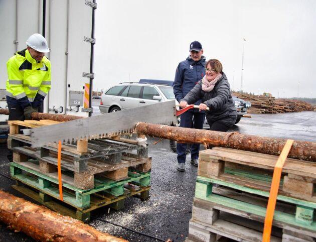 Mats Sandgren, vd för SCA Skog, och Lilly Bäcklund, kommunalråd i Lycksele kommun, invigde virkesterminalen i Lycksele genom att turas om att såga en stock. Från vänster: Lars Nolander, logistiskchef SCA Skog, Mats Sandgren och Lilly Bäcklund.