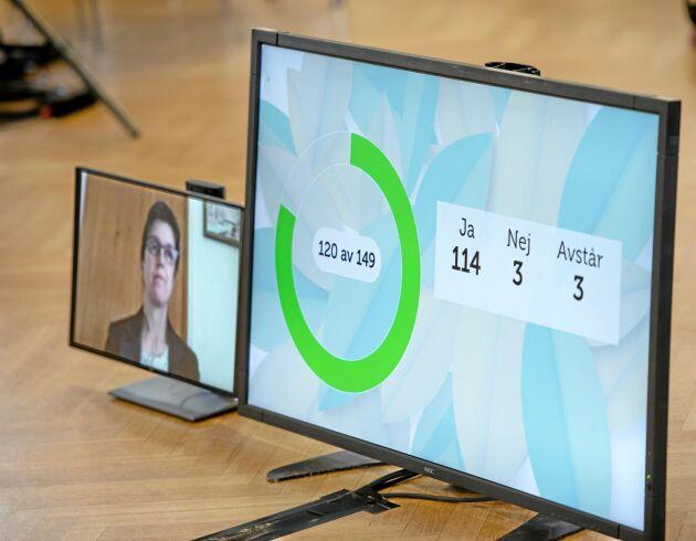 Rösträkning. På den digitala stämman kunde röstningen följas på skärmar. Valberedningens ordförande Viktoria Josefsson, liksom de flesta övriga ledamöter, deltog via länk och både röstning och social distansering kunde säkerställas.