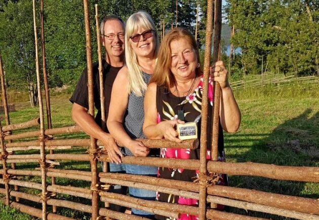 """Erik Svensson, Karin Svensson och Ulrika Frisk har tagit fram den halloumiliknande osten som fått namnet """"HallåMi""""."""