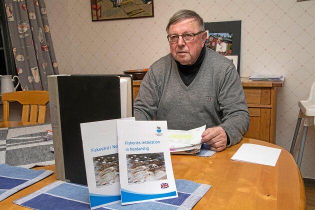 Håkan Larsson (M) är den drivande politikern i fiskevårdsprojektet. Han ser satsningen som en möjlighet för den ekonomiskt krisande kommunen att hitta nya skatteintäkter.