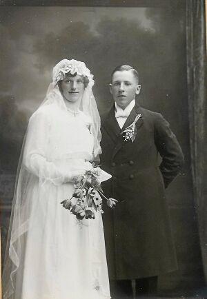 Gammelfarmor Beda och gammelfarfar Olof på bröllopsfotot från 1919.