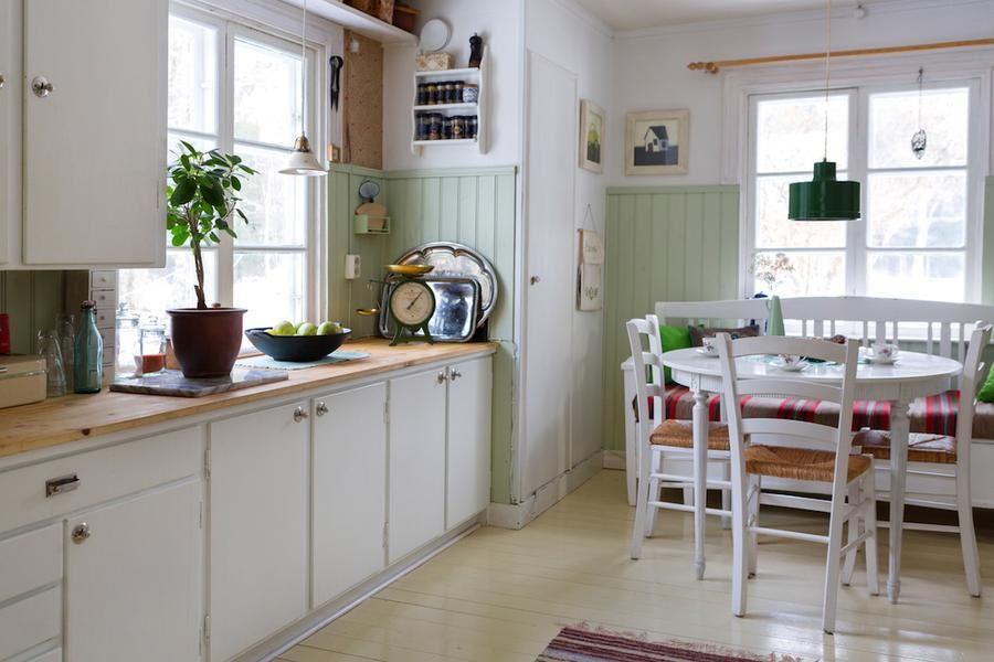 Köket har nygammal stil med vedspis och pärlspont.