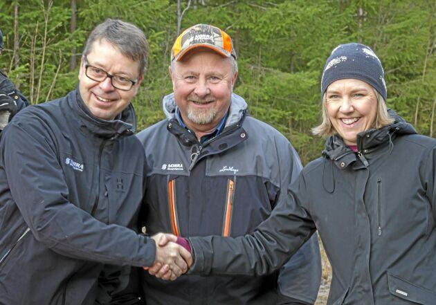 Norras VD Pär Lärkeryd och miljöminister Karolina Skog tog i hand på att den skog som skyddas formellt ska ersättas av staten, något om skogsägaren och Norras ordförande Torgny Hardselius i mitten uppskattade.