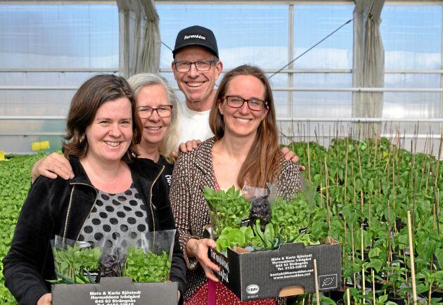 Michaela Paul och Karin och Mats Sjöstedt har fått en ny andelsägare i sitt grönsaksföretag - Strängnäs Kommun, här representerad av Karin Lundell.