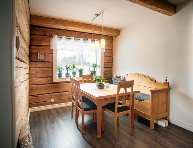 Timrade väggar i matsalen. Köksmöblerna är arvegods och loppisfynd.
