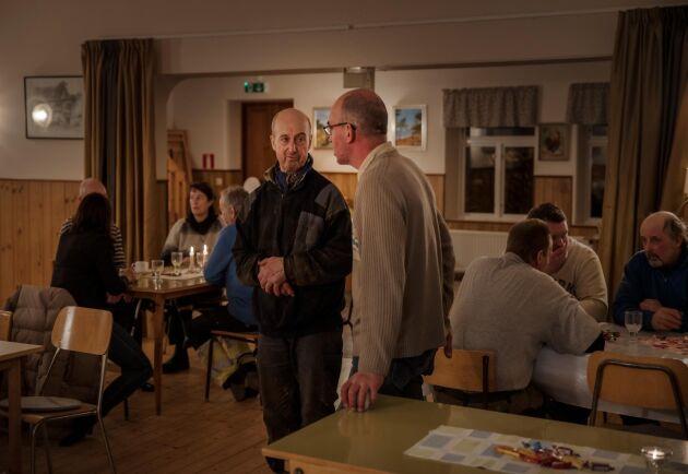 Ett par dagar efter branden samlades alla som hjälpt till vid branden i bygdegården för att äta pizza och prata av sig. Anders Engström i bildens mitt med ansiktet mot kameran.