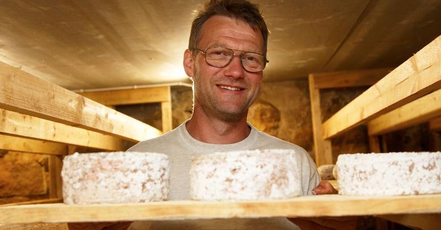 Osttillverkning är Örjans vinternöje, På sommaren säljs osten i gårdsbutiken.