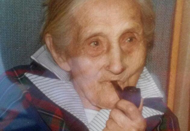 Maria Eriksson älskade sin stångtobak och pipa, berättar barnbarnet Bengt-Erik.