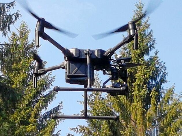 Med hjälp av en drönare har Skogsstyrelsen inventerat skog med en specialkamera som visar var det finns skadad skog som riskerar att angripas av granbarkborre.