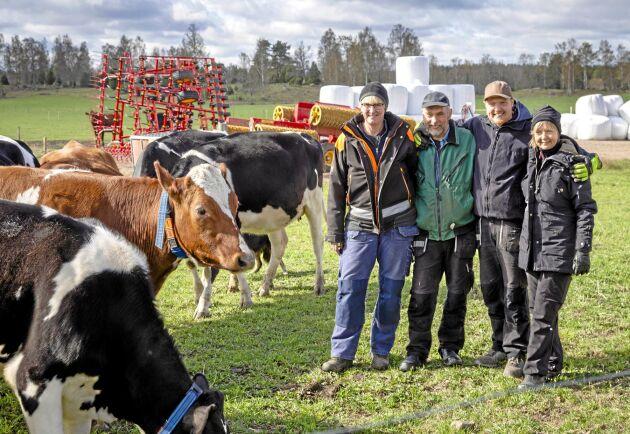 Det är ett väl sammansvetsat gäng som driver ekomjölksproduktionen på Per Olofsgården utanför Götene. Ladugårdsförman Carolina Adamsson trivs fint tillsammans med ägarfamiljen Gunnar, Eva och Patrik Forsberg.