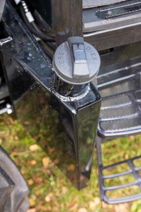 Med skogsutrustning ingår bränsletank i plåt istället för plast.