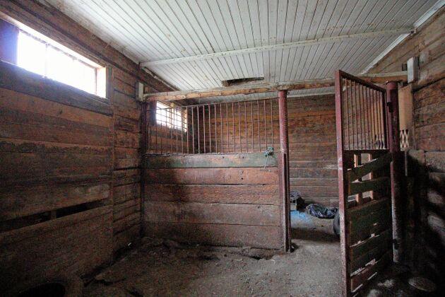Tidigare ägare har haft travhästar i ladugården med stall som står i vinkel.