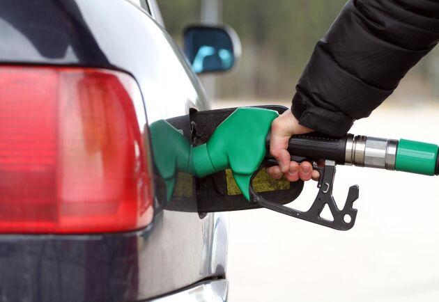 Bensinpriset sänktes under måndagen och är nu över en krona/litern lägre än dieselpriset.