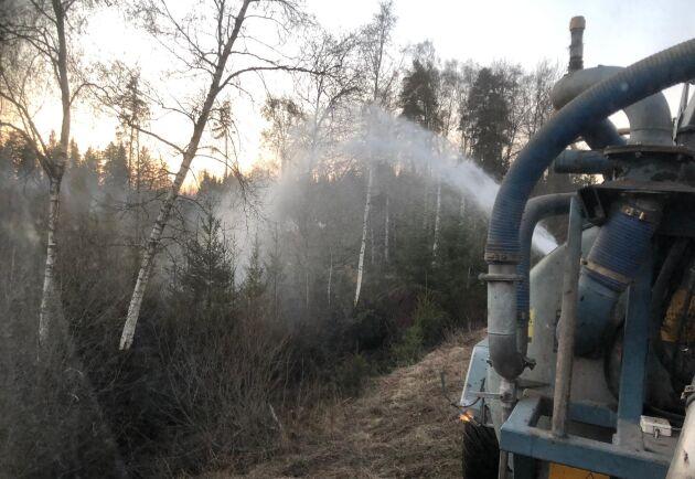 Tack vare att lantbrukarna kunde vattenbegjuta brandens ytterområde kunde räddningstjänsten fokusera fullt ut på brandfronten i stället.
