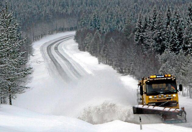 Entreprenörerna som ska hålla de statliga vägarna i Norrbotten fria från snö måste vara klara på utsatt tid. Annars blir det vite. Något som leder till problem för boende efter enskilda vägar.