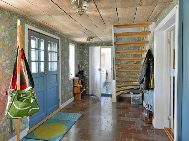 Färgglatt och rustik stil präglar familjen Lorins hus. Här är hallen med brädtak och lättskött stengolv.