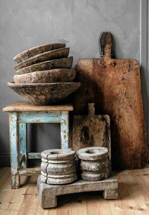 Massivt och vackert åldrat trä i skålar och skärbrädor.