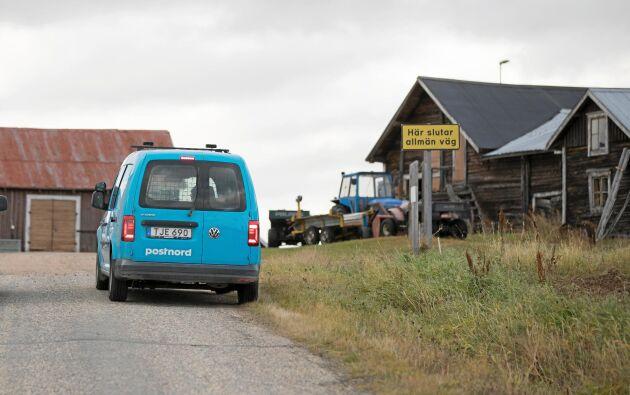 Den ljusblå postbilen är en välkommen syn för både företagare och privatpersoner på landsbygden