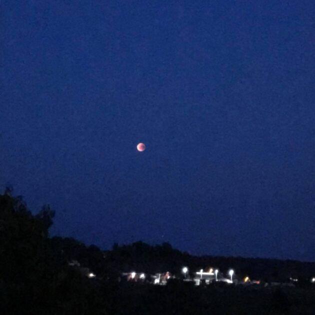 I Kungsbacka syntes månen som ett tydligt rött klot.