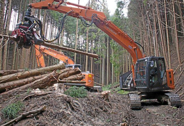 I Japan är det bandmaskiner som gäller i skogen. Främst för att maskinen också ska röja väg upp i bergen där skogen växer.