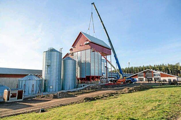 Vadsbo Mjölk bygger silo med tork. Anläggningen ska vara i drift till årets skörd och kommer att kunna lagra närmare 7 000 ton spannmål. Den har levererats av AB Akronmaskiner i Järpås, Lidköping.
