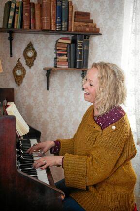 Linda älskar att sjunga och har just börjat återgå lite till sitt gamla yrke som fösamlingsmusiker.