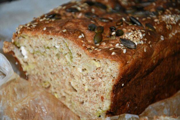 Dekorera grönkålsbrödet med valfria frön och kärnor.