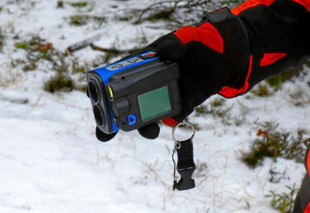 En höjdmätare används för att mäta höjden på ett slumpvis antal utvalda träd. På dessa mäts även höjden upp till första grenverket.
