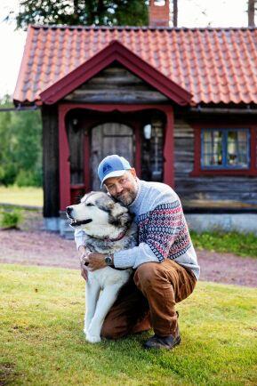Ulf Norrman med hunden Cheya gillar det ensliga livet på fäboden.