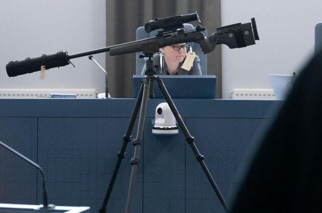 Vapnet med mörkersiktet visas upp i rättegångssalen i Helsingborgs tingsrätt.