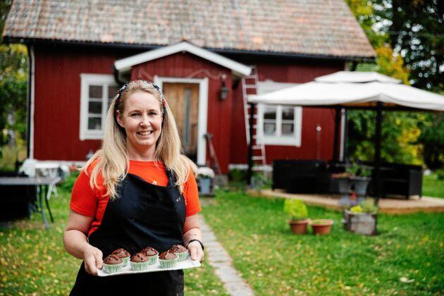 Nina Enström framför sitt torp i Fjärdhundra, nära Enköping, där hon startade sitt lilla bageri.