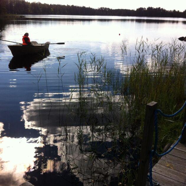 I roddbåten på väg över Hultasjön där systrarna Annika och Jennie brukar fiska och bada.