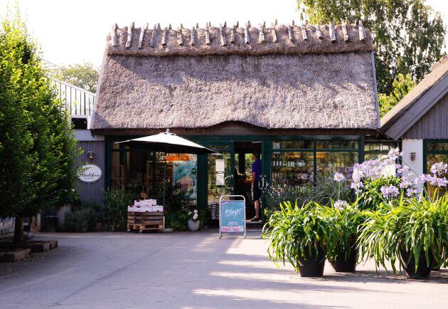 Gröna butiken på Orelund, Österlen. I dörren står tidigare ägaren John Orelind.