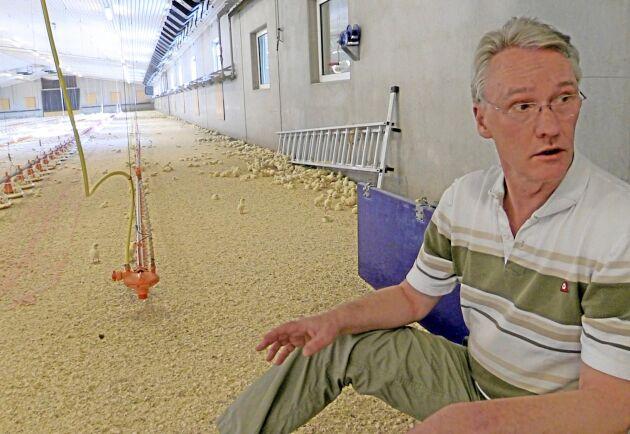 – Jag tycker att det är fel att vi inte vaccinerar. Vi vet att djuren kan bli sjuka men får inte göra något åt det, säger kycklingbonden Henning Trozelli som fick avliva friska kycklingar när en granngård drabbades av Newcastle.