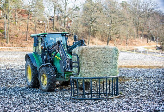 Påfyllning med traktor.