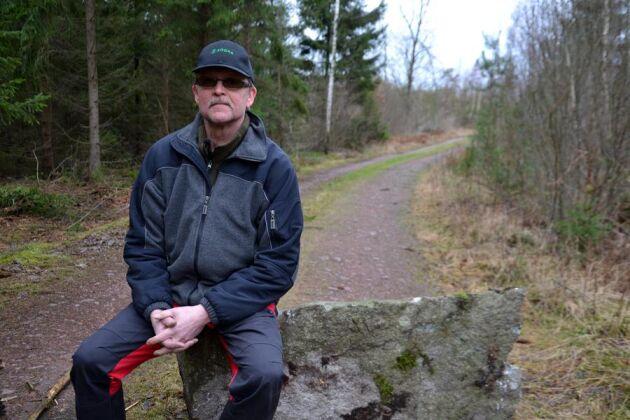 Två orubbara stenar blockerar Stig Lundströms skogsbilväg i väntan på vägbommen.